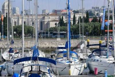 Comfortable Yacht with a view of Historic Lisbon