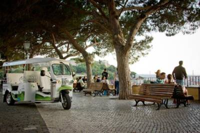 Lisbon's Most Beautiful Viewpoints - Private 2H Electric Tuk Tuk Tour
