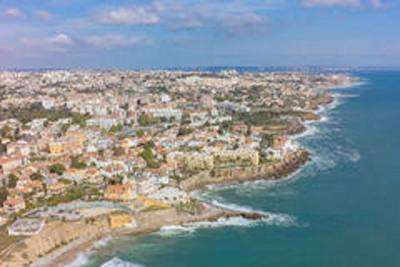 The beaches between Lisbon and Cascais (The Estoril Coastline) with lunch