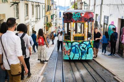 Historic and Trendy Neighbourhoods of Lisbon: Small group Walking Tour