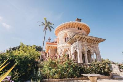 Sintra and Cascais: Sightseeing full day tour by minivan