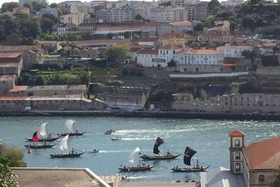 Private transfer from Oporto to Lisbon or Lisbon to Oporto (City tours included)