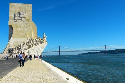 Discovering Lisbon City (4 hours) - Private Luxury Sedan or Minivan