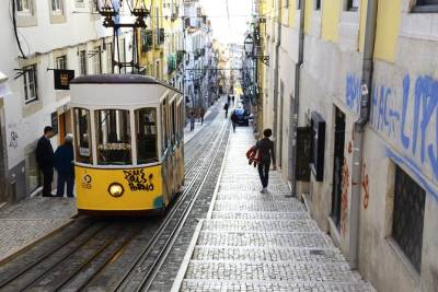 Lisbon: Iconic Neighbourhoods Walking Tour