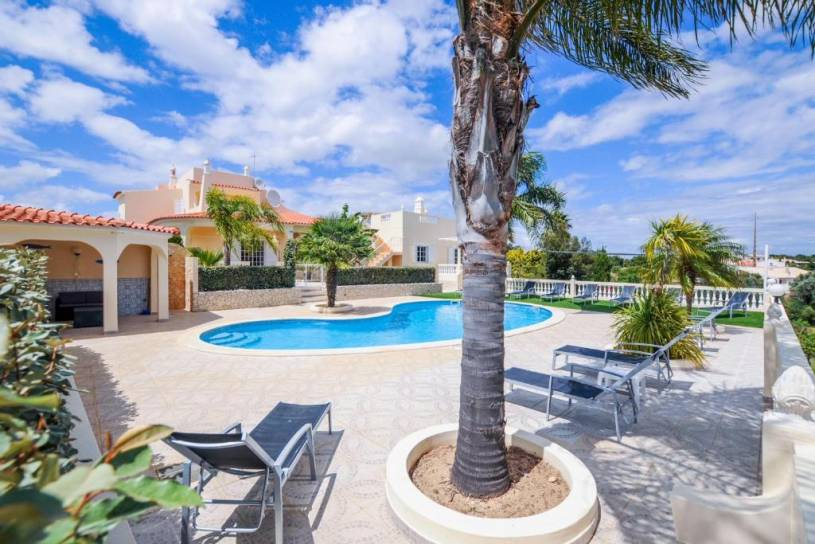 Villa Paraiso is a luxury villa in the seaside resort of Carvoeiro