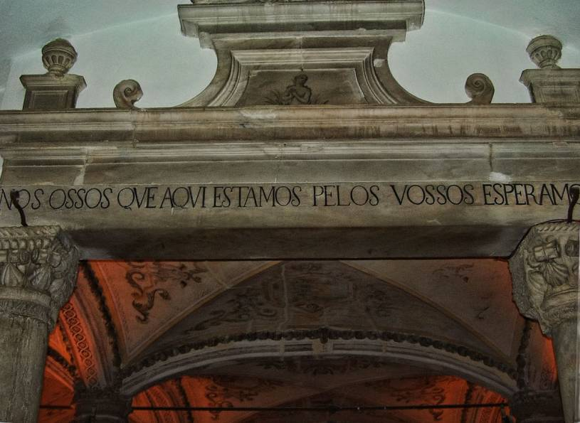 Capela dos Ossos entrance inscription