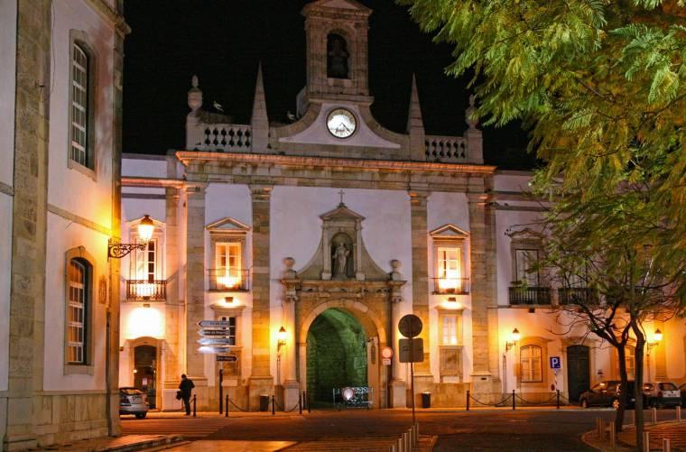 Faro - Arco da Vila - night